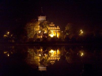 Kościół p.w. Św. Jana Chrzciciela w Służewie nocą
