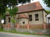 Kościół oraz ogrodzenie z czerwonej cegły z XVIII w.